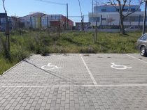 """Pintura do dístico """"Pessoas com Mobilidade Reduzida"""" no estacionamento da ESMM"""